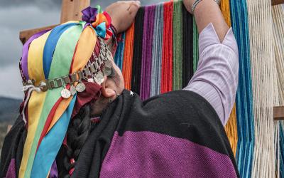 Mujeres mapuche se preparan para realizar récord Guinness: buscan superar un kilómetro de tejido a telar en lana